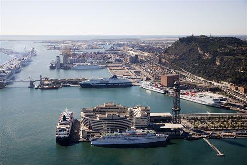 The Port of Barcelona ended 2015 with positive results. // Rècord de creueristes al port de Barcelona el 2015 // Récord de pasajeros de crucero en el Puerto de Barcelona el 2015.