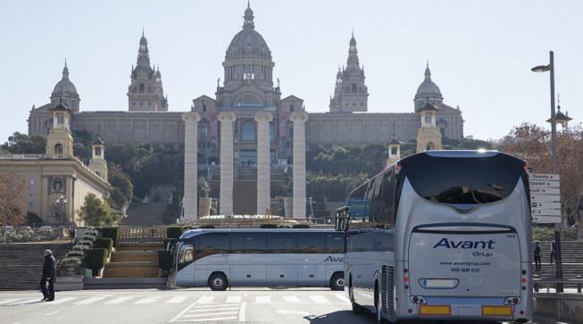 Vehicles de la companyia davant el Palau Nacional de Barcelona.